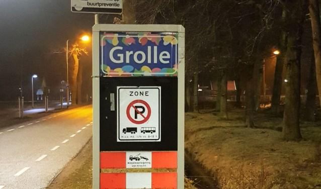 Het nieuwe door 'Kom Mien Neet An Grolle' geïntroduceerde plaatsnaambord. Foto: Theo Huijskes