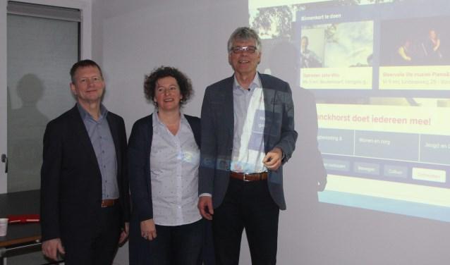 V.l.n.r.: wethouder Antoon Peppelman, Hanneke Kruissink (beheerder van de site) en Siert Wieringa, voorzitter van Wijzelf Achterhoek. Foto: PR