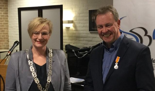 Wim Papperse ontving uit handen van burgemeester Besselink van de gemeente Bronckhorst de koninklijke onderscheiding. Foto: PR