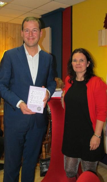 Lodewijk Asscher met het boek van Marianne Kock. Foto: Bert Vinkenborg