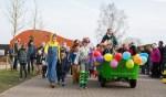 In carnavalskledij maakten de kinderen een mini-optocht door het dorp. Foto: PR
