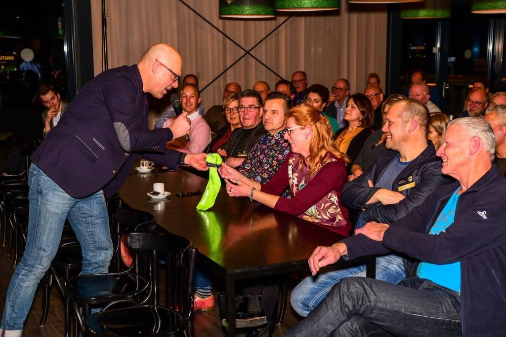 Gert Jacobs komt zelfs van het podium af. Foto: Evert Braakhekke  © Achterhoek Nieuws b.v.