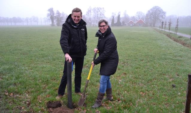 Burgemeester Anton Stapelkamp en Ina Somsen, secretaris SAAP plaatsen de eerste wildreflector. Foto: Karin Stronks