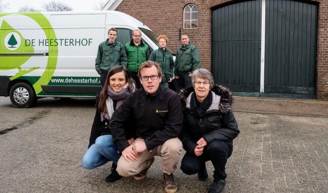 Peter Lubbers met zijn vriendin Dewi (links), zijn moeder Ada en de werknemers van hoveniersbedrijf De Heesterhof. Foto: Luuk Stam
