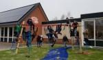 Kinderen nemen het klimtoestel in gebruik. Foto: PR Julianaschool