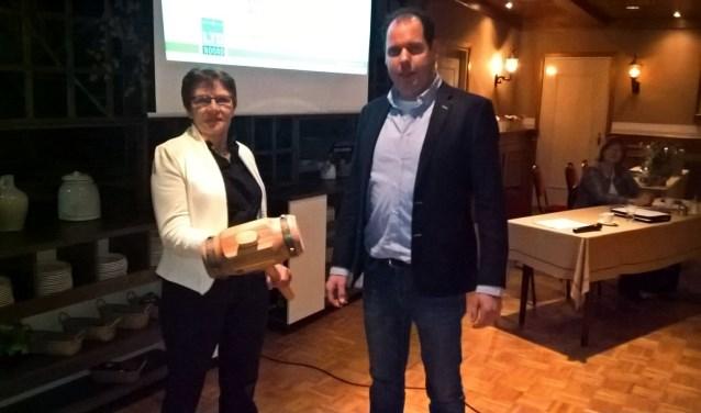 Marja Hartman ontvangt de voorzittershamer van Jan Willem Huetink. Foto: PR