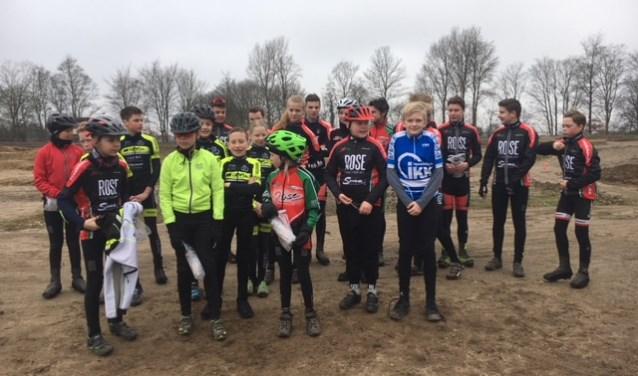 De Peddelaars samen met de Duitse fietsers bij de baan in Bocholt. Foto: PR