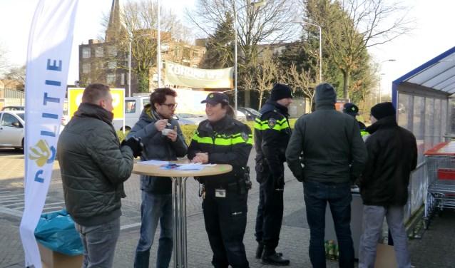 Soep eten en een babbeltje maken met de wijkagent, woensdagmiddag in Gendringen. Foto± Walter Hobelman