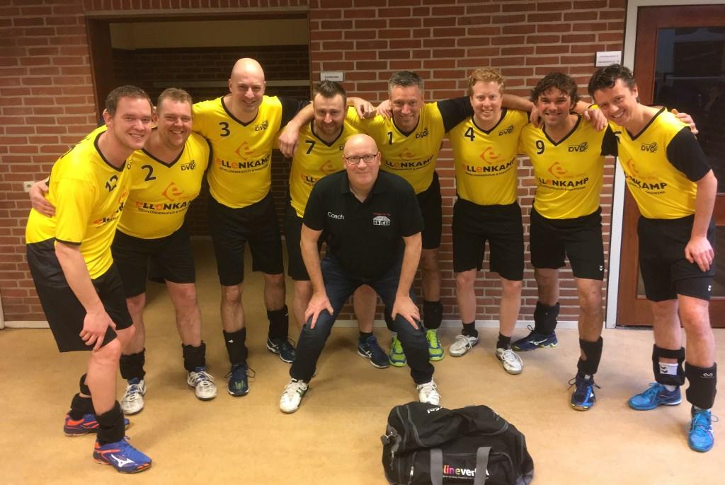 Heren 5 als eerste in nieuwe tenues van volleybalvereniging DVO uit Hengelo. Foto: PR