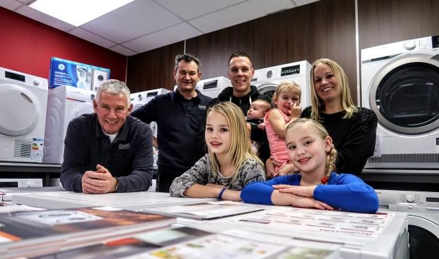 Ferdy Klein Brinke (derde van links, te midden van zijn gezin) is de nieuwe eigenaar van Dutch PC Electronics in Vorden. Hij heeft de zaak overgenomen van Bennie Mentink (meest links). Tussen hen in René Bosman. Foto: Luuk Stam