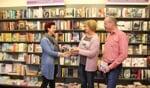 Wilma Ponds en Eric Klein Goldewijk ontvangen de prijs uit handen van Marjanne Schreurs. Op de foto ontbreekt Ben Huis in 't Veld. Foto: Annekée Cuppers