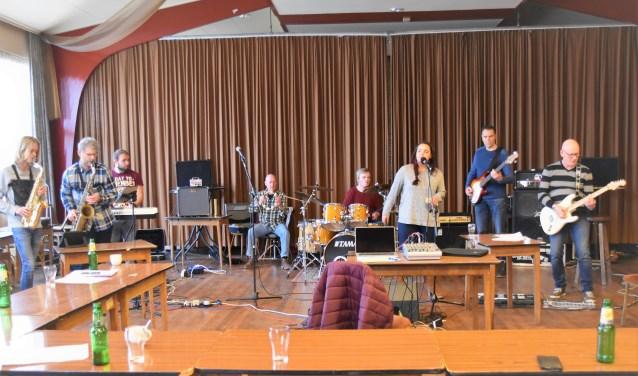 Stijn Wuite (l.) en organisator Cris ten Cate (r.) repeteren met andere muzikanten één van de vele nummers in zaal Herfkens. Foto: Alice Rouwhorst