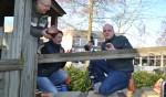 Burgemeester Bengevoord neemt de boormachine ter hand om met wethouder Saris het fort op te knappen. Links voorzitter Nico Bouwhuis. Foto: Leander Grooten