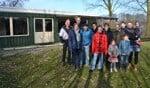 Enkele leden en ouders van korfbalvereniging Aladna voor hun 'good old' kantine. Foto Karin Stronks