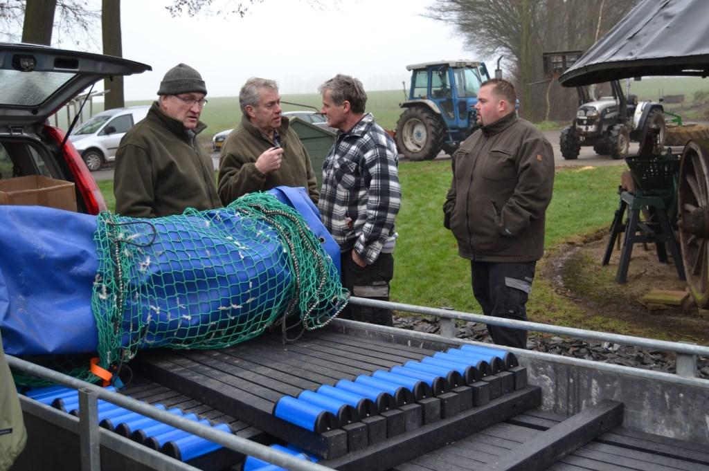 De wildreflectoren worden verdeeld onder de WBE-leden. Foto: Karin Stronks  © Achterhoek Nieuws b.v.