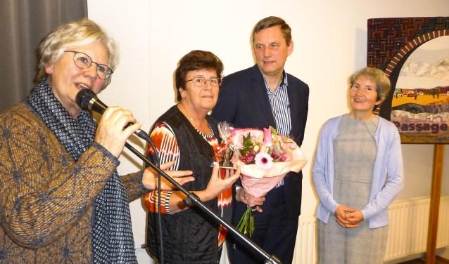 Gerrie Lammers (tweede van links) wordt toegesproken door voorzitter Anja Enserink. Rechts het echtpaar Stapelkamp. Foto: Leis Beernink
