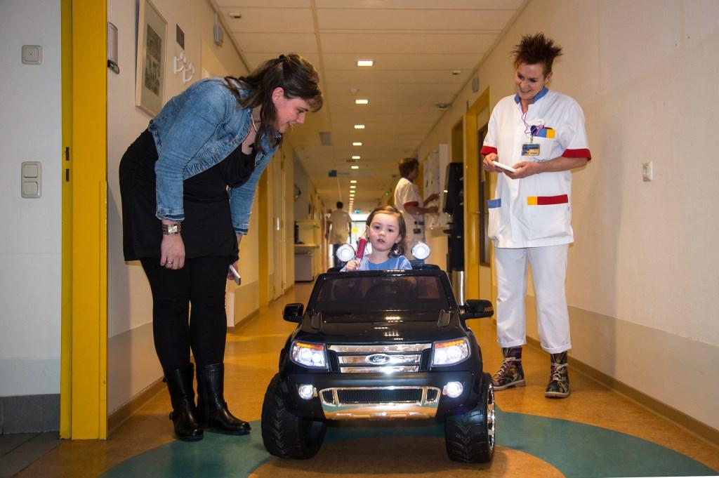 Fenna in een van de drie auto's in het Slingeland Ziekenhuis, Foto: Burry van den Brink