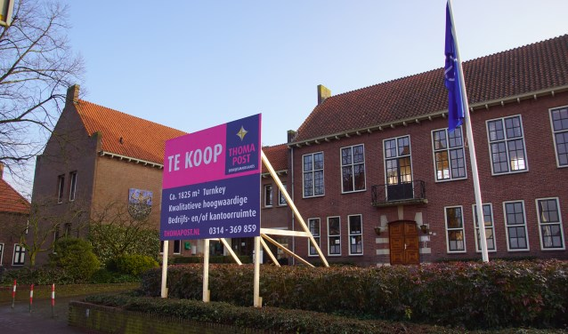 Het voormalige gemeentehuis is te koop. Foto; Frank Vinkenvleugel