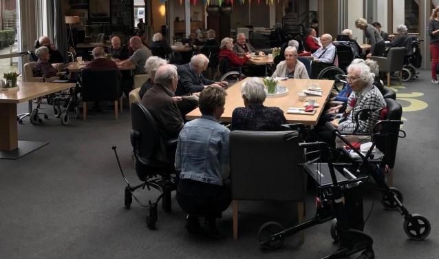 Gasten, personeel en vrijwilligers genoten van een feestelijke jubileumdag. Foto:Margaret Blijleven