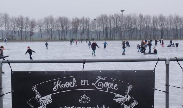 Het was er vrijdag gezellig druk op de Ruurlose ijsbaan. Foto: Jan Hendriksen