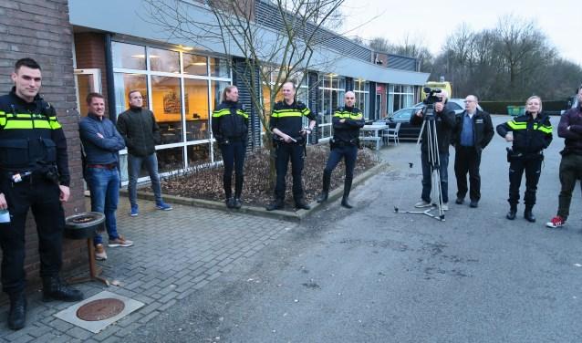 Medewerkers aan de preventieactie worden geïnstrueerd. Foto: Theo Huijskes