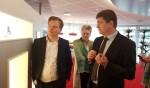 Henk Tappel van Bronkhorst High Tech (r) geeft uitleg aan Tweede Kamerlid Pieter Omtzigt van het CDA. Op de achtergrond kijkt wethouder Marijke van Haaren van de gemeente Berkelland toe. Foto: Kyra Broshuis