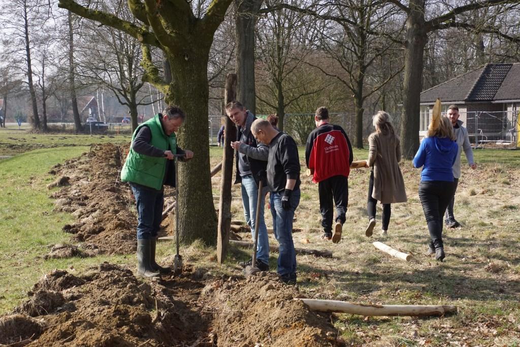 Vele handen maken licht werk. Foto: Frank Vinkenvleugel Foto: Lydia ter Welle © Achterhoek Nieuws b.v.