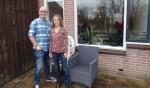Melanie Jacobs en Marcel Schepers voor de deur van een van de WeHelpen-balies. Foto: Meike Wesselink