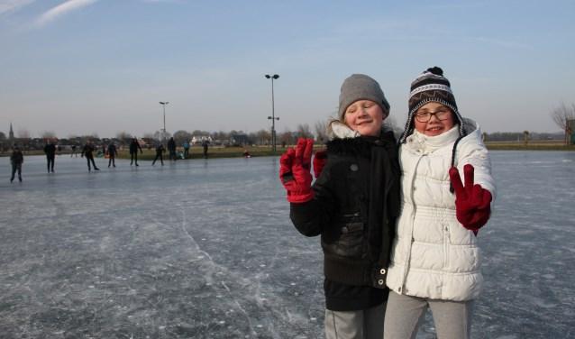 Demi van Beek (l.) en Ise Vredegoor hebben veel plezier op de schaatsbaan. Foto: Liesbeth Spaansen