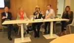 Annette Bronsvoort, als voorzitter van het centraal stembureau, trekt het lot dat niet Peter Baks maar Annelies Donderwinkel aanwijst als het tweede gekozen raadslid van de PvdA. Foto: Theo Huijskes