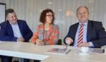 Marcel Wiendels, Ingrid Wolsing en Geert Korte ondertekenen de overeenkomst