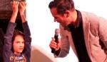 Bas Nijhuis reikt de prijs uit aan Jelle Masselink. Foto: Ria Nijhof