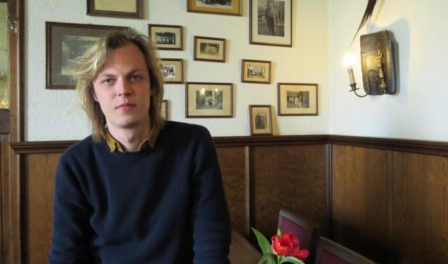 Schilder/schrijver Jonah Falke op een van weemoed vervulde, geliefde plek: bij Van Hal in Voorst. Foto: Josée Gruwel.