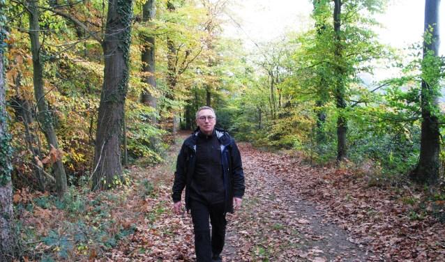 Rob Wolfs wandelt over het Kozakkenpad in 't Woold. Foto: Bernhard Harfsterkamp