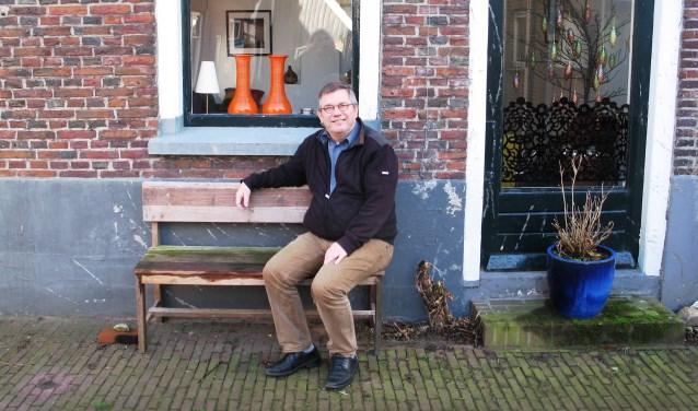 Joop Wikkerink voor zijn huis in Bredevoort. Foto: Bernhard Harfsterkamp
