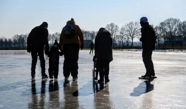 De allereerste bezoekers wagen zich vrijdagochtend op het ijs van ijsbaan Steintjesweide in Hengelo. Foto: Luuk Stam