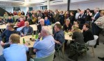 Veel belangstelling bij de bekendmaking van de voorlopige einduitslag van de gemeenteraadsverkiezingen in de gemeente Oost Gelre. Foto: Theo Huijskes