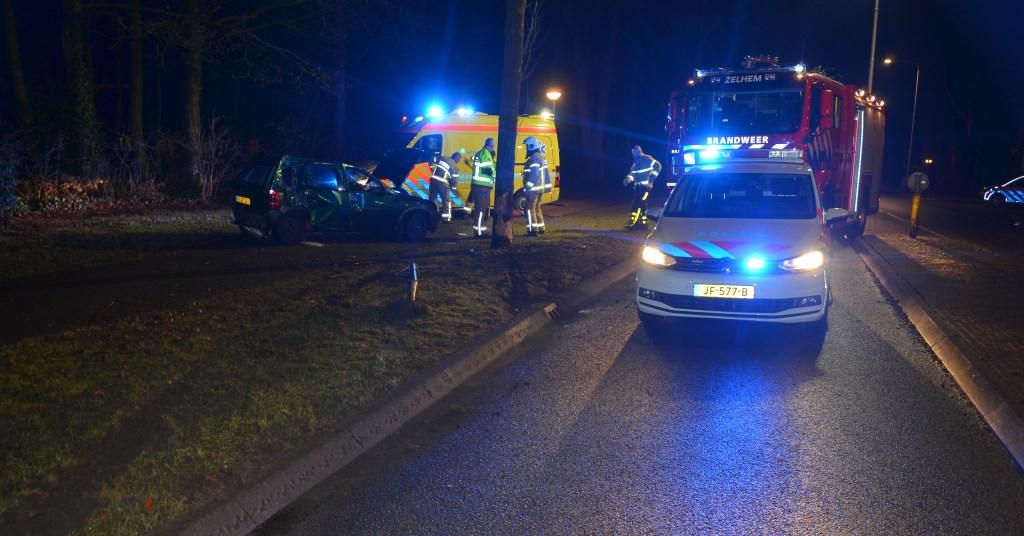 Automobilist gewond na slippartij en botsing in Zelhem. Foto: GinoPress B.V.