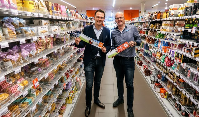 Rogier van Essen (links) van de Sponsorkoning en Heico Wansink van de Hengelose Albert Heijn. Foto: Luuk Stam