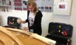Demi Kraster, leerling van het Assink maakt een midwinterhoorn. Foto: PR Assink