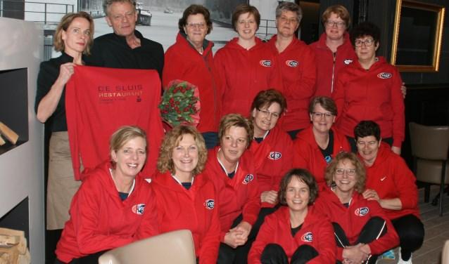 In aanwezigheid van voorzitter Joke van Santen van VIOS-Eefde en de eigenaren van De Sluis, Hans en Margreet Dikken, werden de nieuwe outfits aan de dames overhandigd. Foto: PR