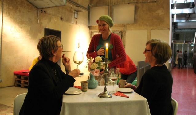 Raadslid Winkel-Moormann en burgemeester Bronsvoort dineren met PEERtoftheater. Foto: Annekée Cuppers.