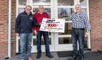 Theo Mijnen (l) ontving uit handen van Theo Visser en Ronald Tousain de cheque van De Ezelsköp Foto: Theo Sommers