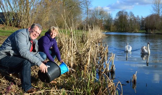 Ton en Irene Zuethof zorgen met de werkgroep dat er jaarlijks zo'n 700 padden naar de overkant van drukke wegen komen. Foto: Alize Hillebrink