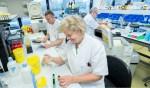 Farmaceutisch medewerkers controleren de aanvraag met de binnengekomen buizen. De analist doet de controles en meet de urine op vele mogelijke drugs. Foto: Medische Fotografie Gelre ziekenhuizen