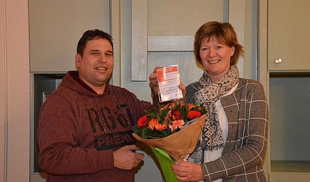 Hanny Schennink kreeg van instructeur Alfred Hietkamp haar diploma uitgereikt. Foto: Rob Verkerke