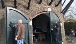 De vrijwilligers van Rotary Zutphen gingen aan slag met onder meer het schuren van de uitrij deur, Foto: PR.