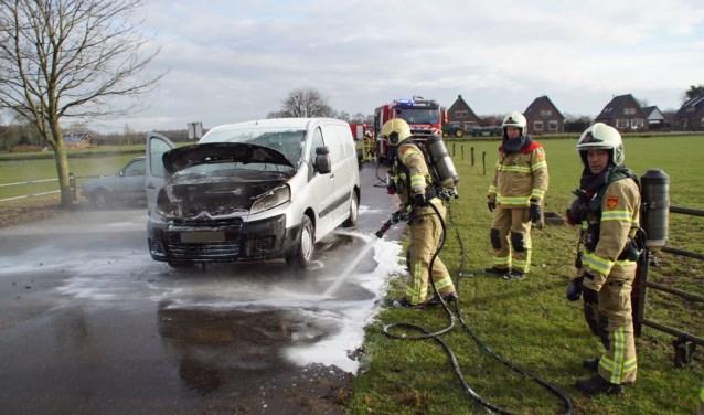 Auto in de brand in Zelhem. Foto: News United / 112 Achterhoek-nieuws