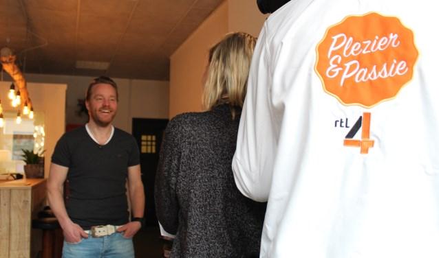 Michaël Lammers, één van de initiatiefnemers van de Escaperoom Groenlo, legt voor de camera uit waarom het zo leuk is. Foto: Kim Froeling