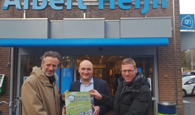Bas Wallerbosch temidden van John Ligtenberg (links) en Stan Raben, namens de organisatie van de voetbalplaatjesactie. Foto: Henri Walterbos